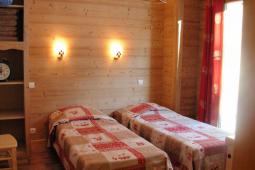 Chambre L02 avec deux lits single.JPG